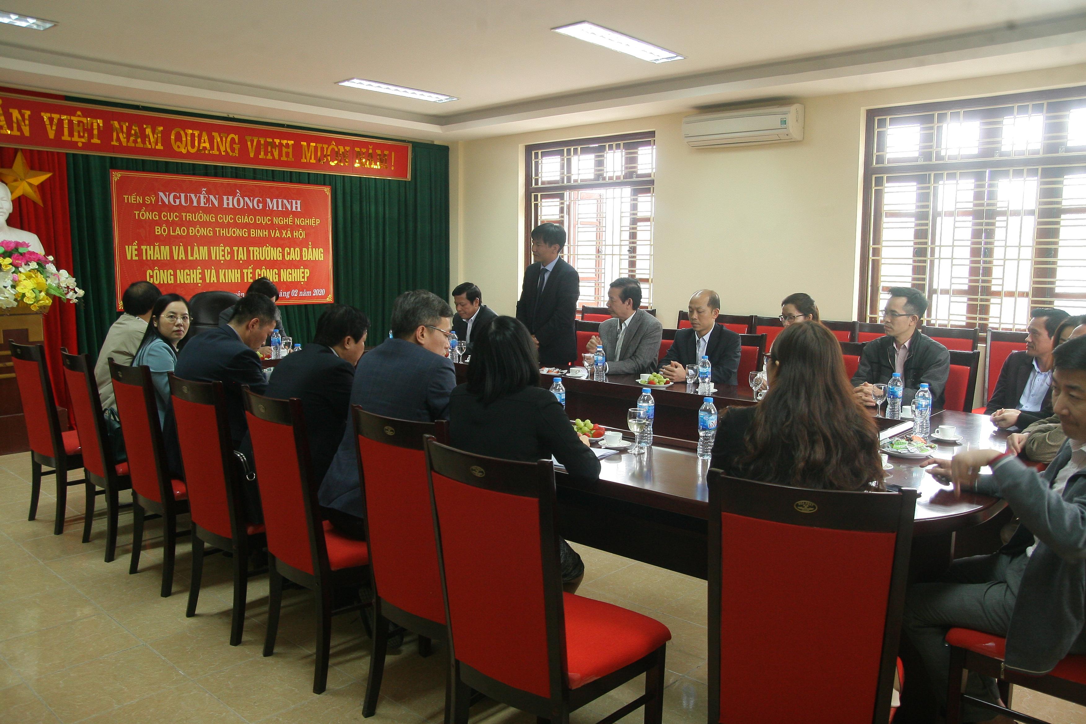 Hiệu trưởng nhà trường Cao đẳng Công nghệ và Kinh tế Công nghiệp Khuất Quang Tuấn phát biểu
