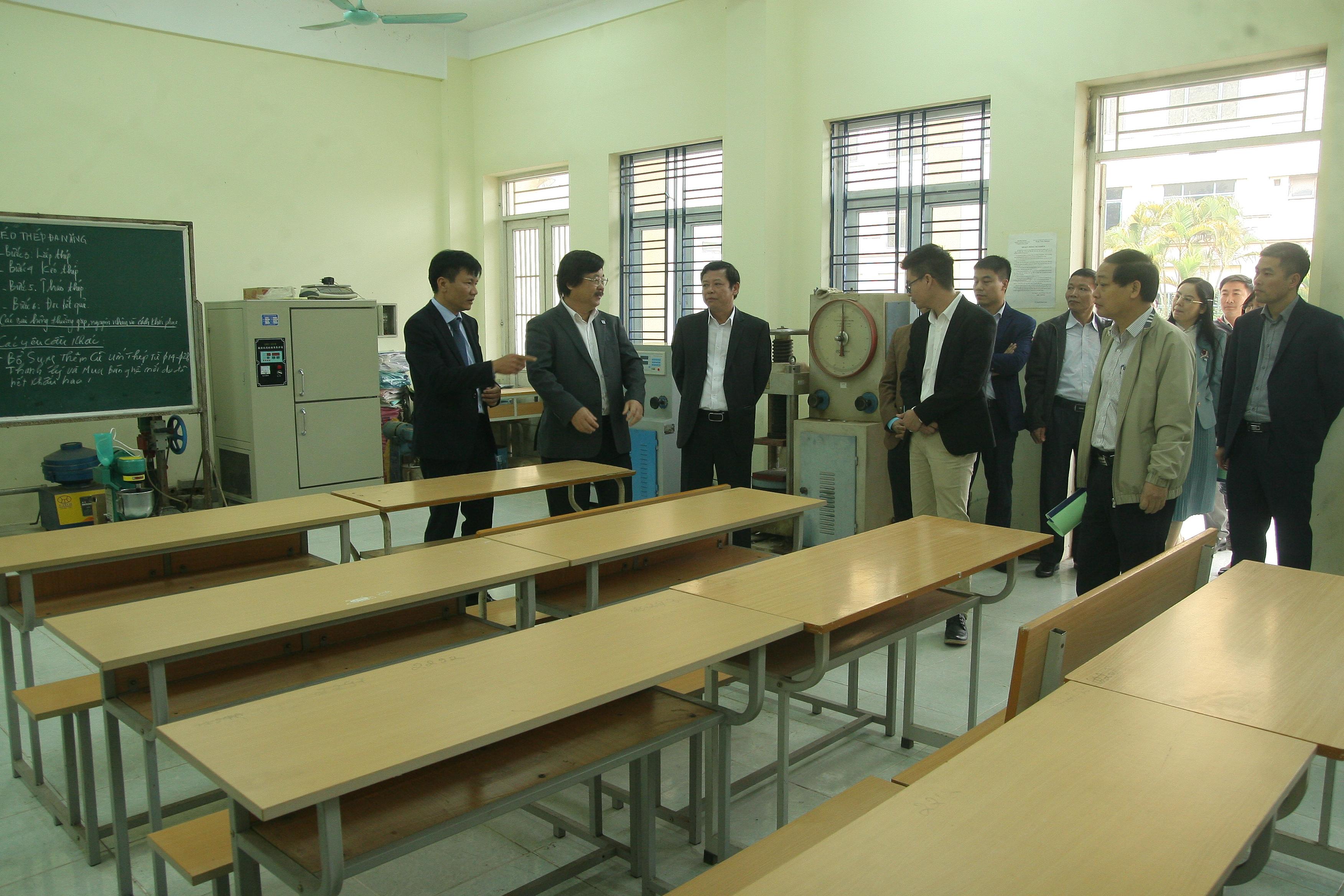 Đoàn công tác thăm quan một phòng thực hành khoa xây dựng của nhà trường.