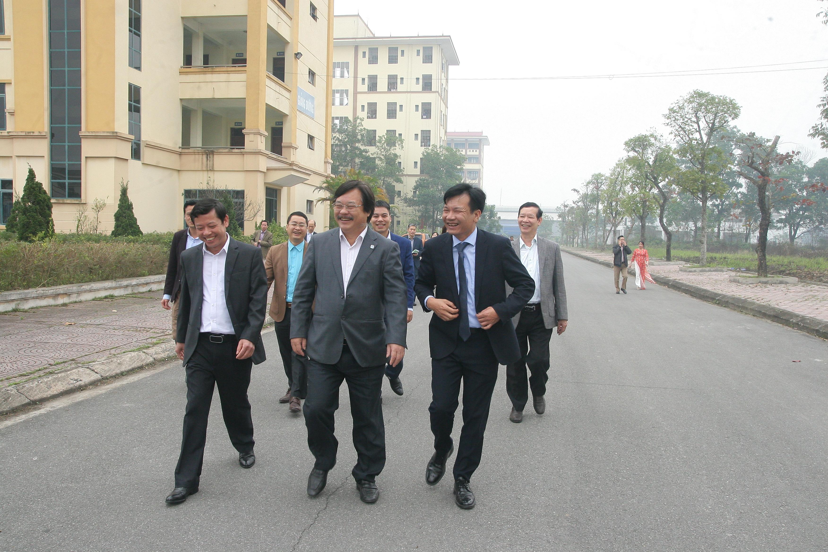 Kết thúc chuyến thăm và làm việc của đồng chí Tổng cục trưởng Tổng Cục Giáo dục Nghề nghiệp Nguyễn Hồng Minh với lãnh đạo và cán bộ, giáo viên, nhân viên Nhà trường.